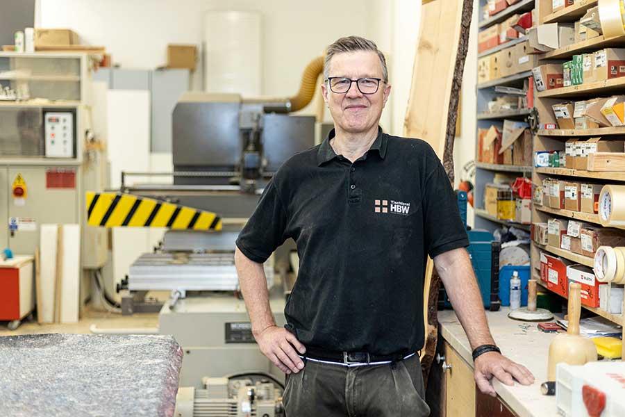 Chef und Tischlermeister in Holzwerkstatt